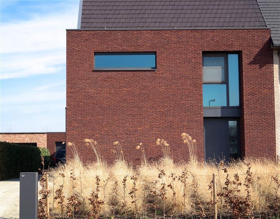 Moderne halfopen bebouwing met verlijmd metselwerk een jonge bouwfirma in het waasland - De gevels van de huizen ...