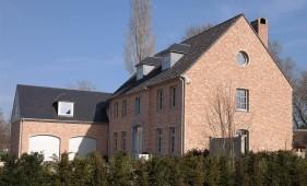 Nieuwbouw villa met 2 garages